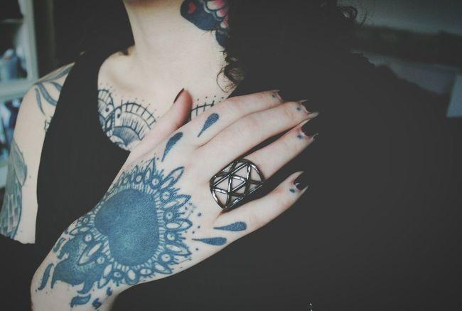 Handtattoo Inkedgirls Ink Blackworktattoo Halbstark Berlin Tattooart Tattooaddict  Girl Curls Brown Hair Fingertattoo Dots