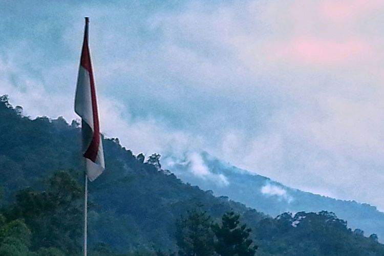 Outdoors Nature Mountain Mountains Cloud - Sky Flag Sky Indonesianflag INDONESIA Cloudy Mountain Peaks Cloudyskies Mountain View Cloudysky Photograph Photography Cloudy Cloudyday Cloud Indo Eyeemvision Mountainscape Travel Destinations EyeEm Vision Nature Tree