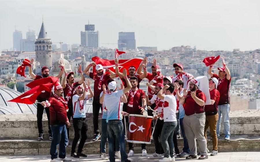 City Cultures Day Fans Fussball Galata Tower Galatakulesi Gruppe Istanbul Menschen Soccer Süleymaniye-Moschee Türkei Football Fever Stories From The City
