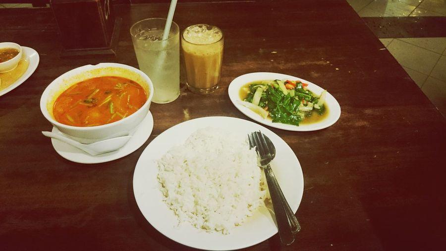 Late night dinner and supper.. Nasi putih(plain rice), tomyam ayam(chicken tomyam) and kailan ikan masin(xtaw nk translate) haha.. Teh tarik and ais kosong.. Hungry Dinner
