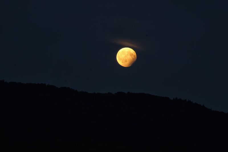 Partielle Mondfinsternis Moon Beauty In Nature Astronomy Night Full Moon Nature Scenics Planetary Moon Tranquil Scene Tranquility Moon Surface Majestic Idyllic Outdoors No People Low Angle View Sky Half Moon Space Exploration Space