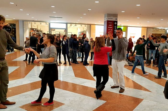 Large Group Of People Adult Illuminated Street Photography Travel Destinations Tourist People Samsung Galaxy S7 Edge Mobbing Dance Dancers Persone Gioco Ballare Divertimento Gruppo Streetart Semplicementemagia Facile Feel The Journey, Streetphotography Semplicemente Flashmob Flashdance