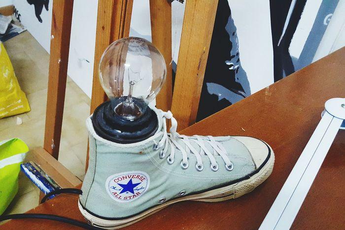 Geniale. Scarpe Converse Lampada Luce Energía Bianco Shoes White Genio Power Colours Colori Idea Idea WOW Spettacolo