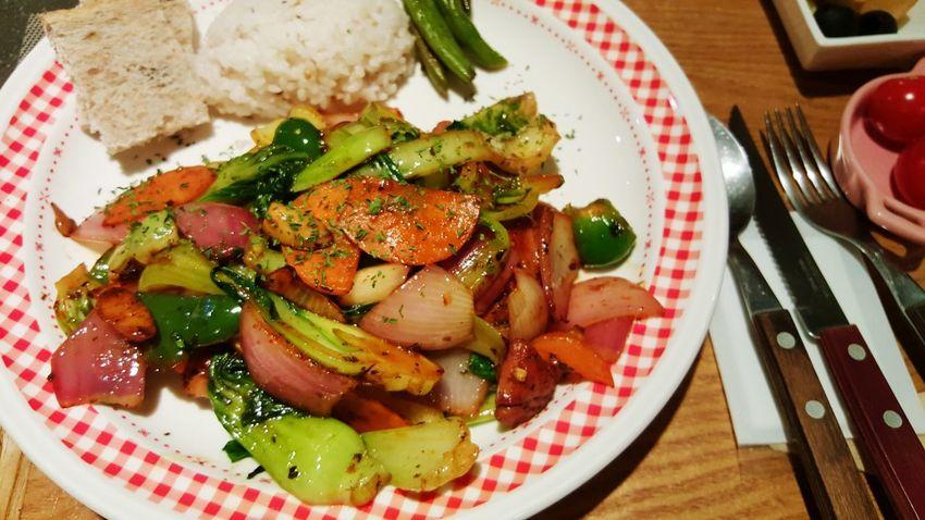 야채가 일진인 치킨 스테이크. 밑에 깔린 칙흰을 구하기위해 얼른 포크를 들어야겠다! Dinner Chicken Steak