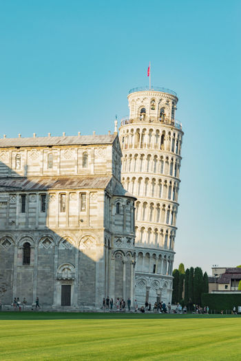 Leaning tower of pisa by cathedral in city