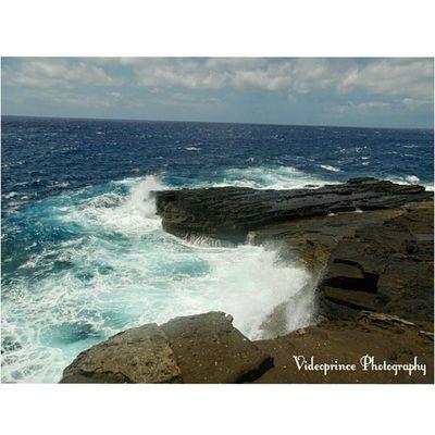 Crashing the shore Photography By: @Videoprince Hawaii Oahu Luckywelivehi HiLife 808  Alohastate Venturehawaii Instagram Instatravel Hnnsunrise Photographer Cameralife Photography Hikinglife Adventures Ocean Waves Crashing Mountains