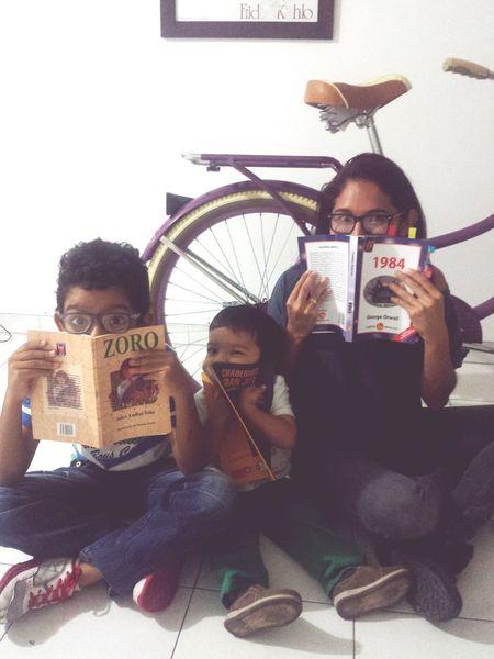 Familia de lectores y gafufos Sobrinos The Nephews  Books