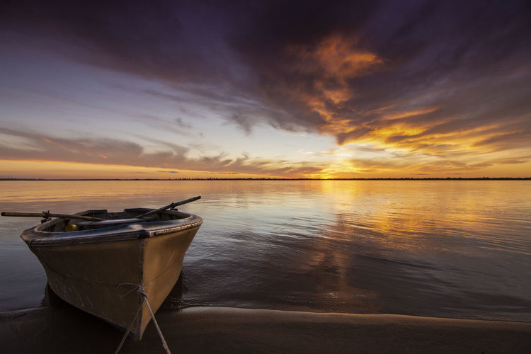 Después de la tormenta siempre llega la calma. Beach Beauty In Nature Cloud - Sky Horizon Horizon Over Water Nautical Vessel Reflection Rowboat Scenics - Nature Sunset Tranquility Water