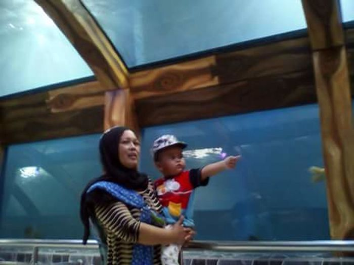 Aquarium raksasa Togetherness Childhood Bonding Enjoyment Child Leisure Activity Mother Happiness Family With One Child People Girls Daughter Love Fun Smiling Standing Cheerful Day Adult Vacations