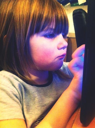aw my sister gorming at the tablet