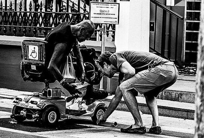 Humanity TPSTamron @thephotosociety Streetphotography Hipaae Hipasnap Blackandwhite Urbanphotography Urbanlife Humaninterestphotography HUMANITY Natgeo Natgeotravel