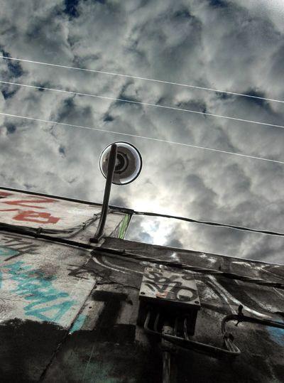 Power Lines Mirando Al Cielo