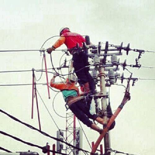 Beginilah perjuangan petugas PLN, bergelut dengan kabel listrik bertegangan tinggi Pln Plnbandung Listrik Pekerjaan Bahaya