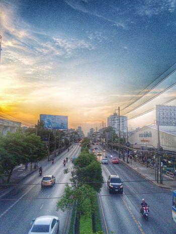 หนทางของเรา / สวนทาง / เส้นขนาน City Traffic Car Car On The Road Road Sky Effect Filter