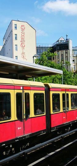 Berlin Berliner Ansichten Berlinstagram Public Transportation Sbahn Auf Die Sbahn Warten Train Train Station Train Tracks
