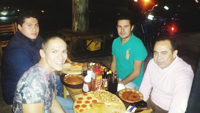 Aqui con los cuates cenando una pizza! Eating Yummy Pizza MOLTUS Yummy Fresh From The Oven Relaxing