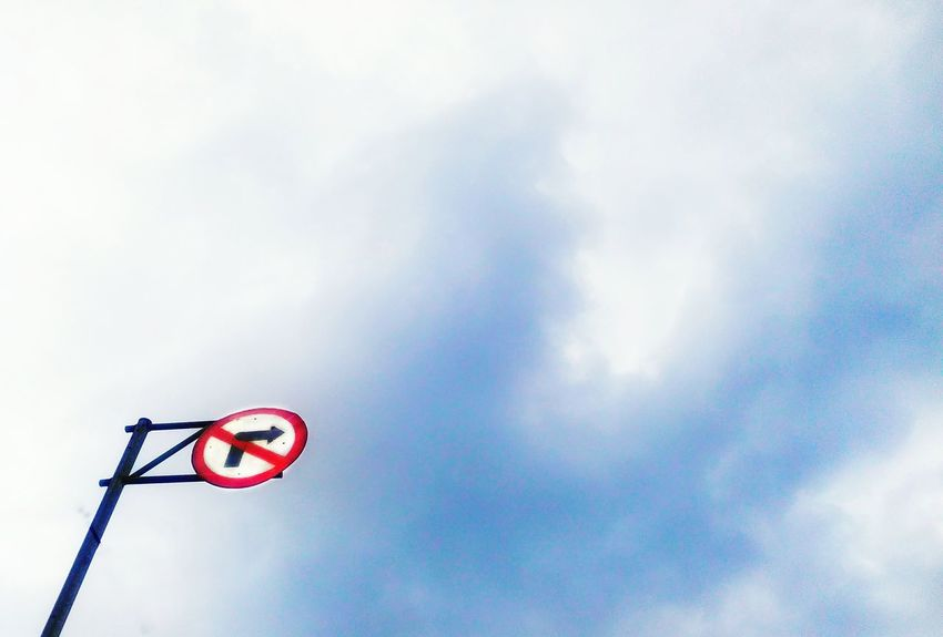 Don'n turn right ! Low Angle View Cloud - Sky No People Outdoors Day Sky Minimalism Photography Salatigacity INDONESIA Phonegraphy_indonesia Octavianuspict EyeEm Gallery Photophone  PhonePhotography Phonecamera