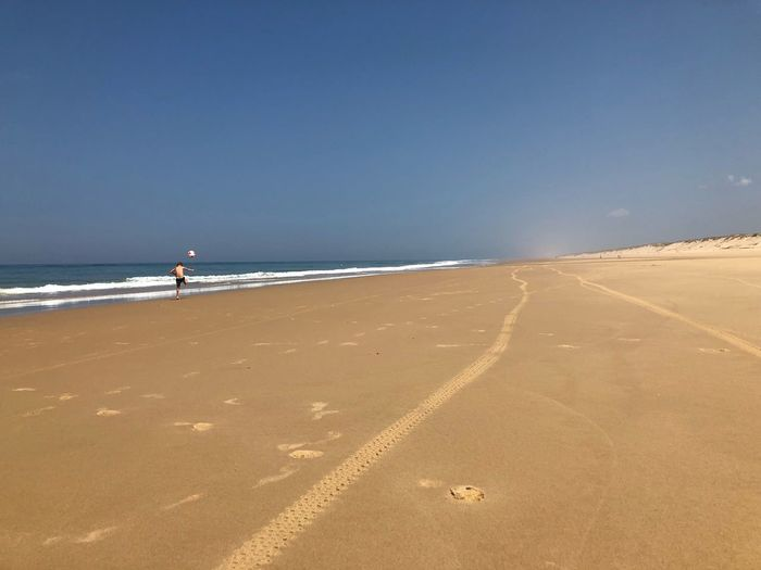 Minispieler auf großem Feld Sea Water Beach Land Sand Sky Horizon Over Water