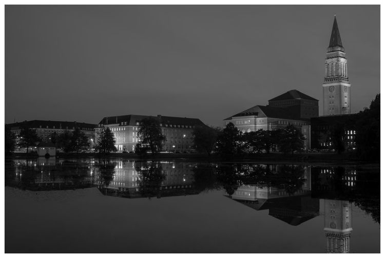 Architecture_bw Architectural Excellence S/w-Fotografie Black And White Kiel Mirrored First Eyeem Photo Rathaus The Great Outdoors - 2016 EyeEm Awards Fine Art Photography Nightlights Deutschland Theatre Water Reflections Water Reflection Waterreflections  The Architect - 2016 EyeEm Awards Reflection Perfection  The OO Mission Reflections In The Water Waterreflection Architecture Cities At Night Night Dramatic Black And White