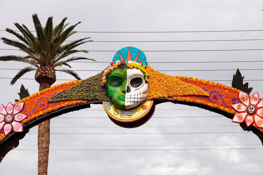 Los Angeles, CA, USA - October 29, 2016: Flower and skeleton arch entrance to Dia de los Muertos, Day of the dead, in Los Angeles at the Hollywood Forever Cemetery grounds. Editorial use only. All Saints Day Arch Celebration Day Day Of The Dead Dia De Los Muertos Entrance Flowers Hollywood Forever Cemetery Hollywood Sign Los Ángeles Outdoors Skull