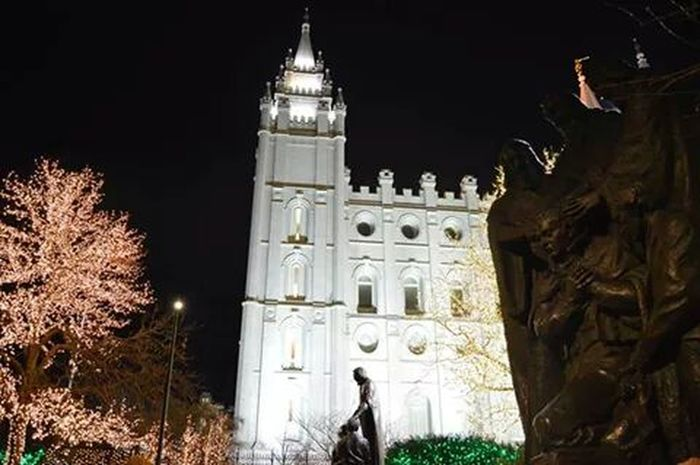 Another beautiful pic with blessings being shared, no filter Temple Square Saltlakecity LDS Temple Christmas Lights