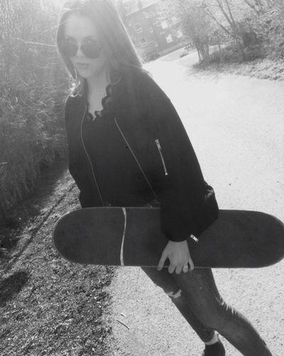 Repostar @alvao s inlägg. Ja, jag försöker lära mig bli skate proffs, frågan e om de kommer gå eller ej... 😳 Skateboarding Skate Waw Tryingtomuch