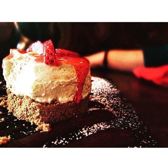 Φάε cheesecake απ'την Νέλλη,και τιραμισού από τον Θέμη,για να γευτείς κι εσύ τον πραγματικό ορισμό της καύλας. Blepapagalos Favoriteplace μεταξουργείο Cheesecake