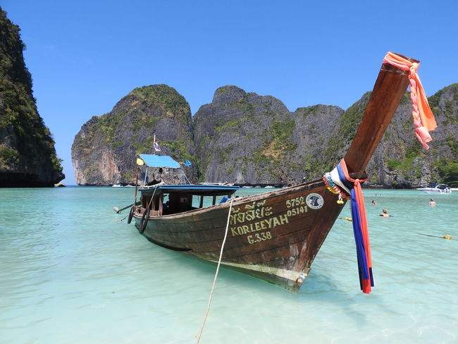 Longtail boat parked in Maya Bay, Phi Phi Lee. Beach Boat Cliff Flag Holiday Holiday Island Limestone Longtail Longtailboat Maya Bay Mode Of Transport Phi Phi Phi Phi Ley Thailand Thailand_allshots Thailandtravel Tourism Travel Vacations Water Waterfront