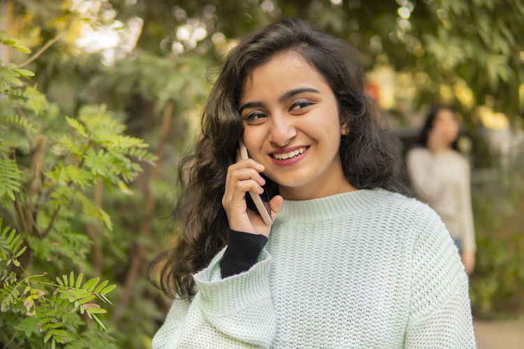 Portrait of a smiling young woman outdoors