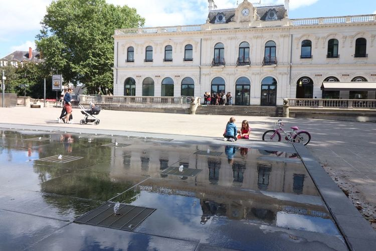 Real People Reflection Architecture Water Built Structure Building Exterior Leisure Activity Large Group Of People Lifestyles Reflecting Pool Day Men Outdoors Tree Sky Women People Adult Adults Only
