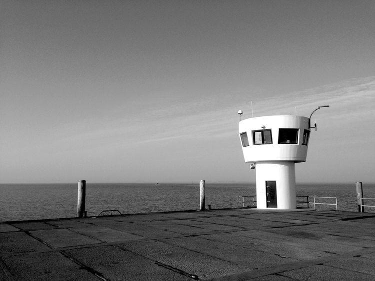 Enjoying The Sun Black & White Morgen am Meer