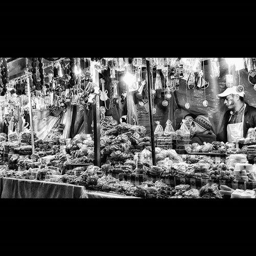 Feria de postres caseros en las calles de Antigua 😋😋🌐🌎🌐🌎Noiretblanc Blancetnoir Blancoynegro Blackandwhite Blackandwhitephotography Bnwphotography Bnw_life Bnw_society_building Street Urbanocity Férias Guatemala Postres AntiguaGuatemala Instafood Trip Travelgram Biancoenero Bianco Monochrome MonochromePhotography