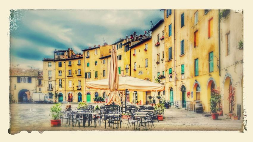 tarde tranquila Arquitecturephotography Construccion Medieval Urbana Ciudad Plaza Lucca Italy Italia Sand Sky Street Art
