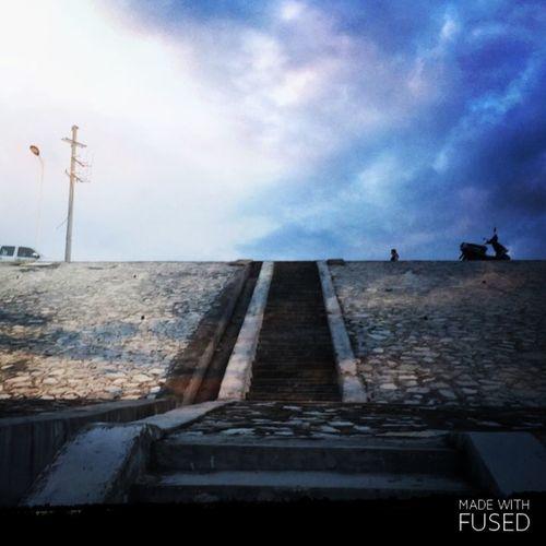 抬头看看天空,也没有什么过不去的事情! Walking The Stairs Working First Eyeem Photo