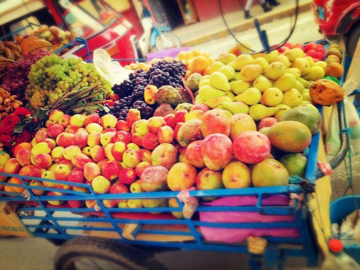 Huanuco Peru Fruta Colors A 30 centimos el kilo de manzana.
