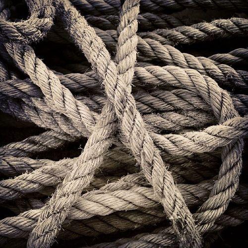 Algo tan simple como una Cuerda , puede convertirse en una obra de Arte , salva y quita Vidas , Ayuda a sacar el Agua de un Pozo  o sujetar un Animal para su sacrificio y así alimentar a un pueblo... estamos rodeados de muchas cosas tan sencillas como esta cuerda que dependerán de nosotros y la utilidad que le demos para convertirlo en algo grande. Nosotros mismos somos como la cuerda.... Nuestro camino es engrandecernos y con ello, ayudar a nuestro entorno. La envidia es como la soga al cuello: cuanto más te aprieta... id por el camino de la Felicidad , sólo cuando la consigáis, podréis hacer felices a aquellos a quien queréis.