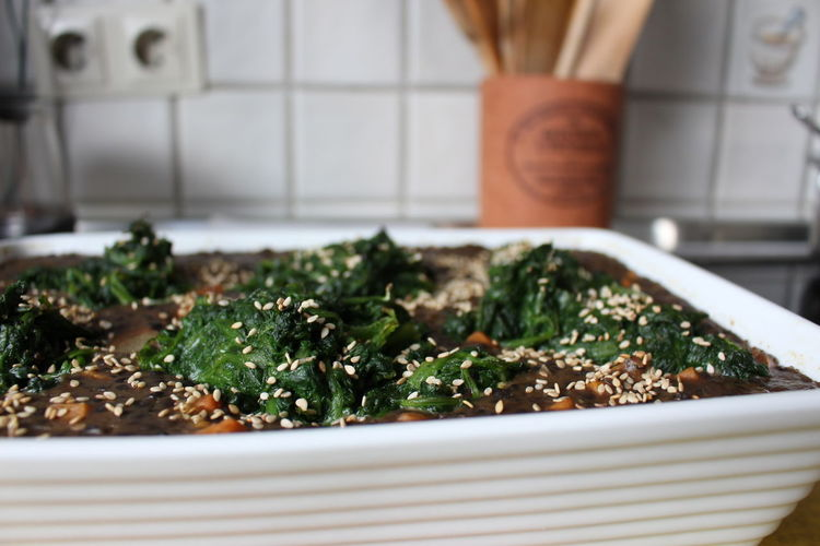 - vegan casserole with spinach, lentils, sweet potato and cashew purée, garnished with sesame - Appetizer Casserole Close-up Day Domestic Kitchen Food Foodphotography Healthy Eating Indoors  Kitchen Meal No People Ready-to-eat Sesame ShareTheMeal Spinach Vegan Food Vegetarian
