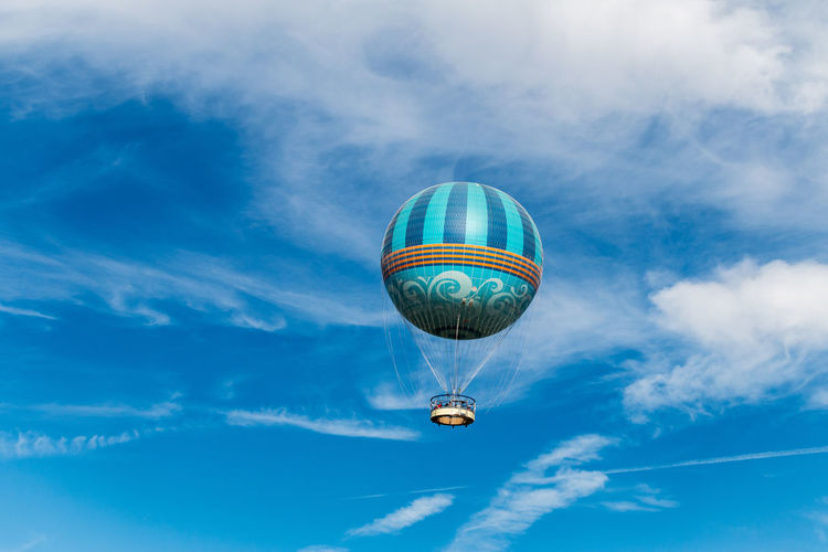 balloon Sky Cloud - Sky Flying Low Angle View Mid-air Blue Transportation Air Vehicle Nature Day Mode Of Transportation Hot Air Balloon Balloon Adventure No People Outdoors Motion on the move Travel Sphere Ballooning Festival