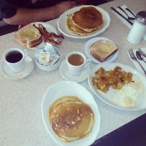 Breakfastofkings ...at the Diner havin a good meal before work with the @reevezbpt
