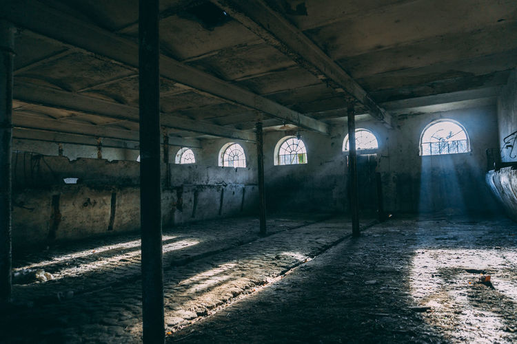 Lightbeam in a barn. EyeEmNewHere EyeEm Best Shots EyeEm Selects EyeEmBestPics Polska Śląsk Sony A6000 Light And Shadow Lightbeam Moody Barn Stable Window Architecture Built Structure Ruined Historic Bad Condition Old Ruin