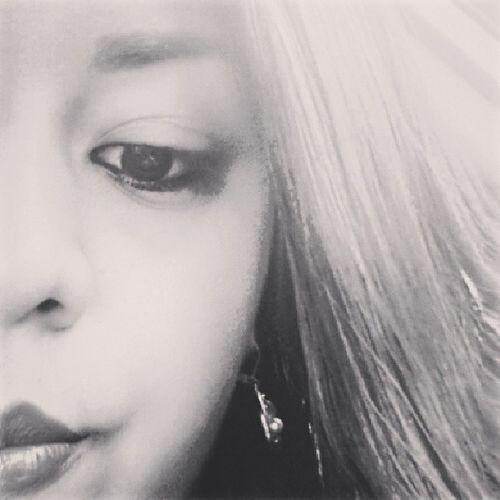 Xq todos tenemos un lado oscuro, q no solo sea x ser malas personas sino ese lado oscuro solo, vacío. Ese lado negro que anhelamos que llegue alguien y lo vuelva a color que speramos que toque nuestro corazón que sea alguien q conecte con nosotros y todo se vuelva Color .. OtraMitad ♡