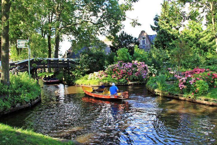 Beautiful car-free village, Giethoorn in Netherlands! Giethoorn Green Netherlands Travel Boats Dutch Europe Holland Nature Steenwijkerland Summer Village Vintage