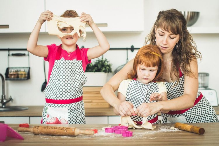 Girls Child Family People Domestic Kitchen Baby Females Fun Family With One Child Novosibirsk Долгополова елена фотосесия Photographer Cokies Togetherness Table Lifestyles Happiness Bonding Domestic Life Indoors  Domestic Room Friendship Animal Themes