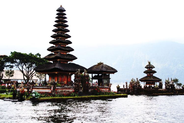 Pura Ulun Danu Bratan, Bali Indonesia Pura Ulundanuberatan Bali Ulundanu Temple Bali INDONESIA Water Place Of Worship Spirituality Religion Tradition Pagoda Cultures Architecture Sky Building Exterior Palace Lake Lakeside