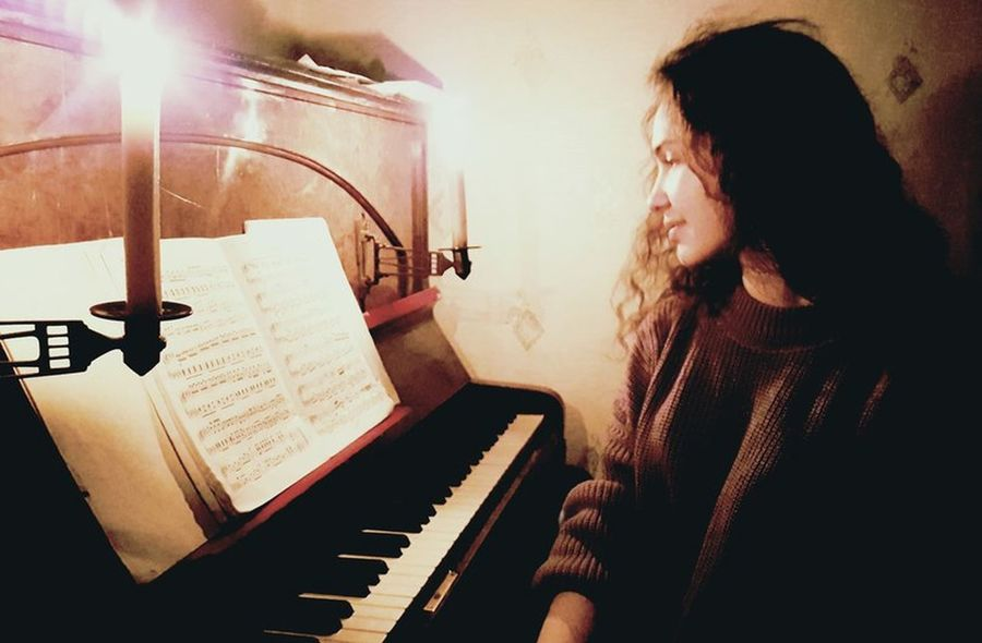 Music Piano Musical Instrument Pianist Playing Women Musician Lifestyles Performance Indoors  Classical Music People Happıness Long Hair Beauty Refraction