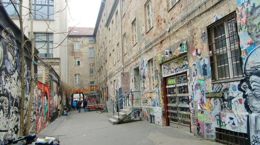 Hi Hello World Hackeschehöfe 🍀 Graffiti & Streetart Graffiti Wall Creative Photography Visit_berlin Colorful Mystery Streetphotography Streetphoto_color Street Art/Graffiti Capture Berlin