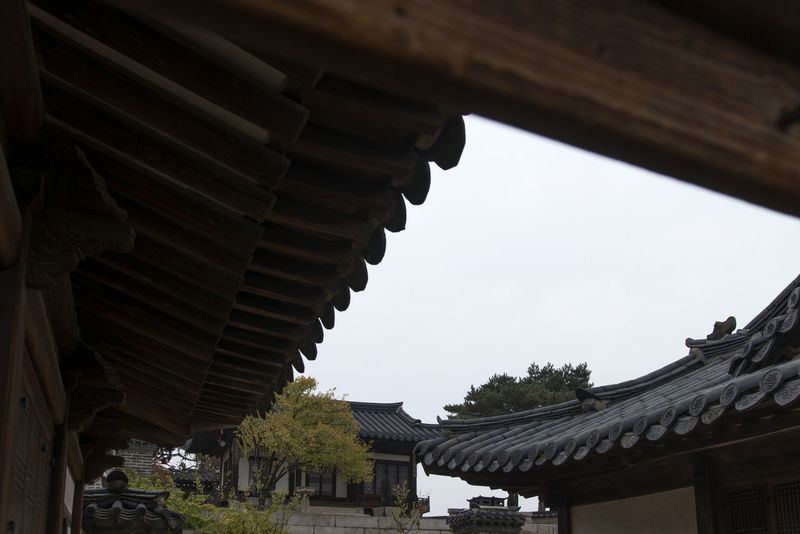 Changdeokgun, one of the royal palaces of Joseon Dynasty in Korea Changdeokgung Changdeokgung Palace Joseon Dynasty Korean Traditional Architecture Architecture Building Exterior Built Structure Changdeokgung Palace Day Eaves Eaves Wood History Joseon Dynasty Architecture Low Angle View No People Outdoors Place Of Worship Religion Roof Sky Spirituality Traditional Building