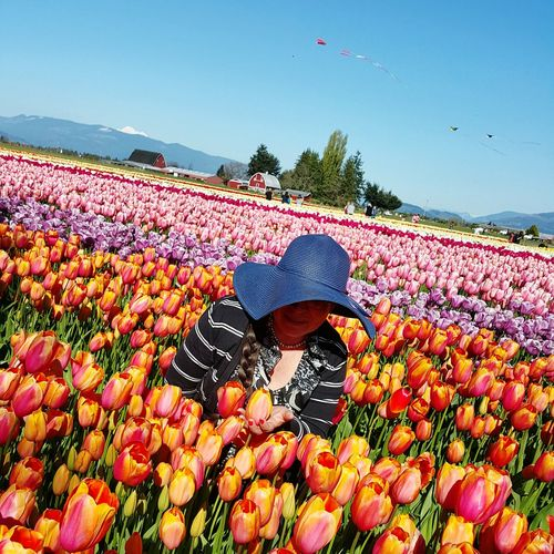 The best gift in the world see your mom with a happy smile!!!Skagit Valley Tulip Festival  Tulips🌷 I Love My Mom With My Mommy❤ Gourgeous Hello World The Places I've Been Today The Best Moments My Mom Is Too Cute!