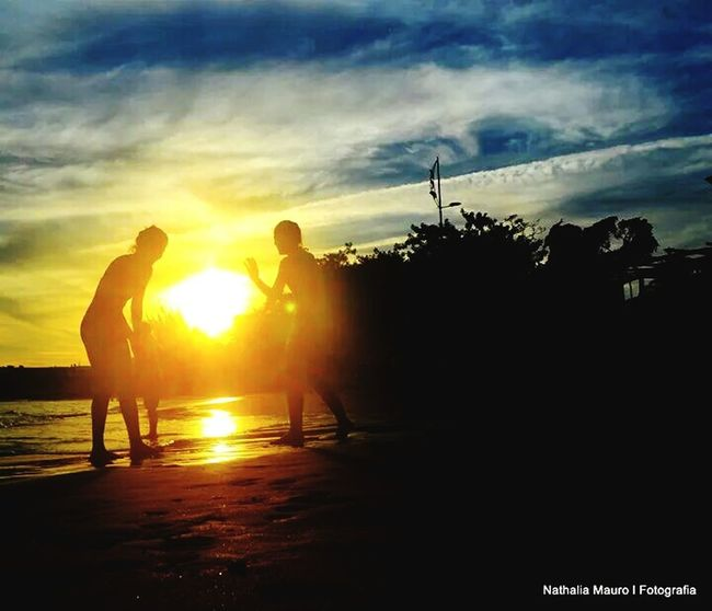 Praia do Centro de Rio das Ostras... Às 19:00h da noite.. O pôr de solindo embora..