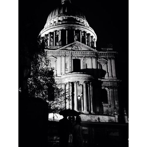 A couple staring at the St. Paul's cathedral in London . Day 5 of Blackandwhitechallenge with nomination from @mdjm_ibiza and @matnowy. Hope you enjoy the last one. Grupamobilni Mobilnytydzien10 Mobilnytydzien Igerslondon